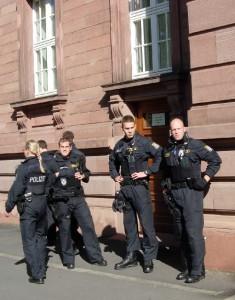 Polizeipraesenz_Polizeiaufgebot_Staatsmacht_Machtapparat_Polizei_Geleitschutz_Polizeigewalt_Einschuechterung